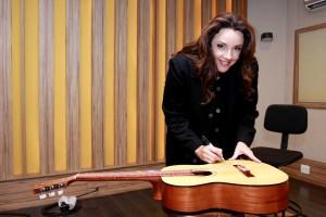 Ana Carolina doa instrumento para Instituto Nextel