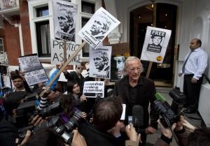 Julian Assange diz que não pretende deixar embaixada do Equador em Londres