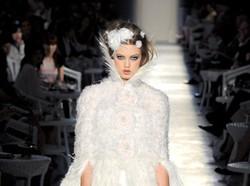 Os vestidos de noiva que pararam tudo nas passarelas de alta costura em Paris