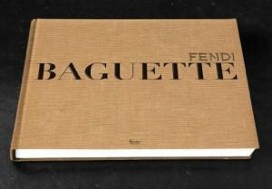 Bolsa Baguette da Fendi completa 15 anos e vira livro