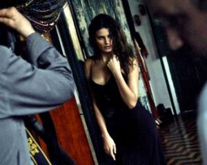 Adriana Lima mostra o barrigão de sete meses no calendário Pirelli 2013