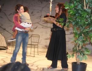 Drica Moraes comemora aniversário no palco e com Adriana Esteves na plateia