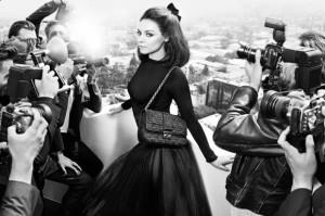 Mila Kunis estrela mais uma campanha da Dior, com styling de Carine Roitfeld