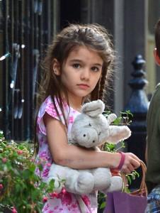 """Katie Holmes proibe as marcas de moda de """"bajularem"""" a pequena Suri"""