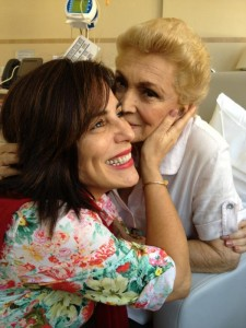 Hebe Camargo recebe visita de Glória Pires no hospital. Confira!
