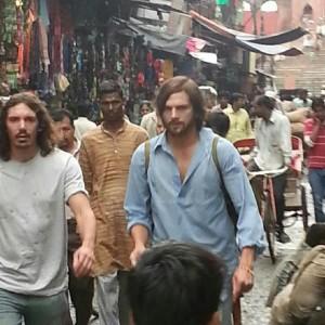 Sem Mila Kunis, Ashton Kutcher é clicado pelas ruas de Deli, na Índia