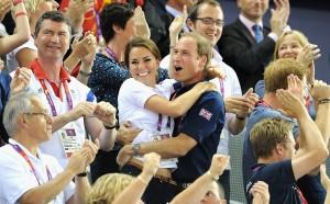 Kate Middleton e William em rara demonstração de carinho em público