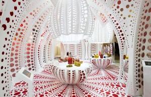 Espaço de Yayoi Kusama e Louis Vuitton na Selfridges mais parece obra de arte