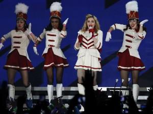 No aniversário, Madonna recebe a notícia de que será processada