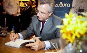 Andrea Matarazzo autografa livro de fotografias em SP
