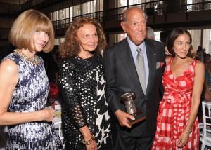 Oscar de la Renta dá alfinetadas durante premiação em NY