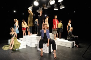 Katie Holmes imprime seu estilo básico+luxuoso na Semana de Moda de NY
