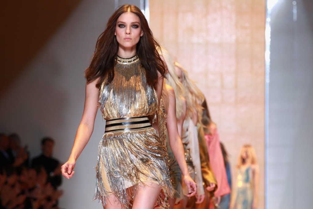 bb27c3a19 Com coleção sexy e comercial, Versace desfila sua primavera-verão em Milão
