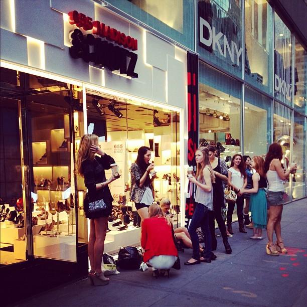 118e3cded Como está a loja Schutz de Nova York neste momento? Com fila de ...