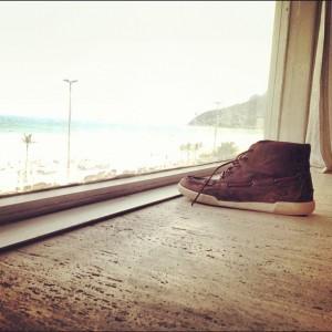 """Paula Lavigne em """"O Caso do Sapato Misterioso"""". Entenda, glamurette!"""