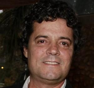 Felipe Camargo volta a fazer galã, só não se livra da barriguinha