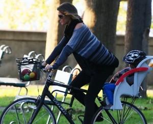 Flagra! Gisele Bündchen leva os filhos para um passeio de bicicleta