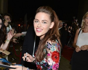 Kristen Stewart participa de primeira première após escândalo