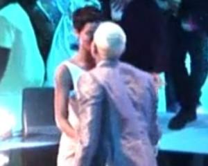 Bons amigos? Rihanna e Chris Brown se beijam em premiação
