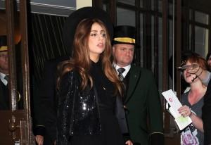 Lady Gaga é a primeira a usar uma criação de Slimane para a Saint Laurent Paris