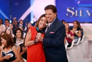 Patricia Abravanel ganha surpresa do pai nos bastidores do SBT