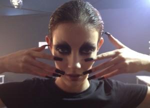 A maquiagem do desfile de Lino Villaventura é dark!