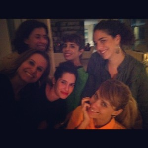 Paula Lavigne reúne amigos para sarau em seu apartamento no Rio