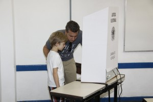 Luciano Huck e Roberto Carlos votam no Rio de Janeiro