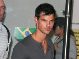 Taylor Lautner desembarcou no Rio no maior bom humor