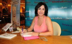 Noite de autógrafos do livro de Claudia Matarazzo