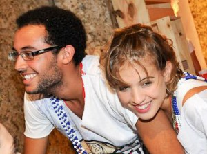 Filho de Gilberto Gil toca cavaquinho no aniversário de Bia Antony
