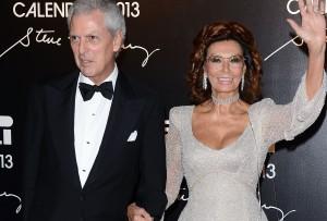 Sophia Loren é tietada no tapete vermelho da festa da Pirelli