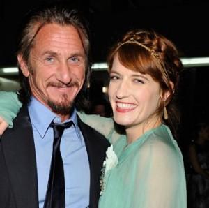 Sean Penn e Florence Welch dão pinta de novo casal da praça