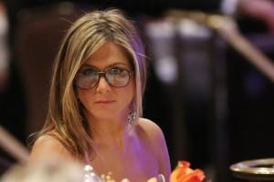 Jennifer Aniston usando óculos? Vem ver!