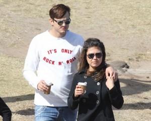De mãos dadas, Mila Kunis e Ashton Kutcher fazem caminhada na Austrália