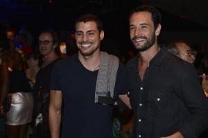 Cauã Reymond deixa Grazi em casa e curte noite com Rodrigo Santoro