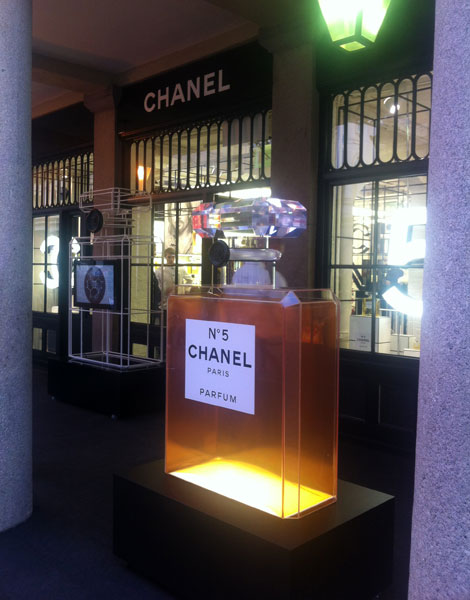 Chanel entra no clima do Natal e decora pop up store de Londres