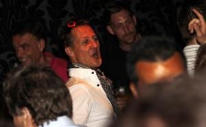 Michael Schumacher se despede das pistas de corrida e cai na gandaia