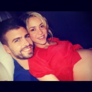 Só love: Shakira mostra a barriga de grávida ao lado do jogador Piqué