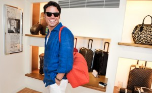 Glamurettes fazem suas escolhas na loja da Louis Vuitton em Punta