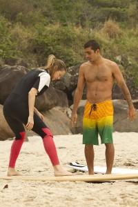 Luana Piovani se joga no surfe e estrela campanha ao lado do marido