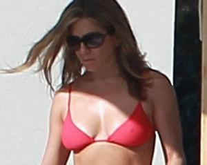 Jennifer Aniston exibe barriga sarada durante férias no México