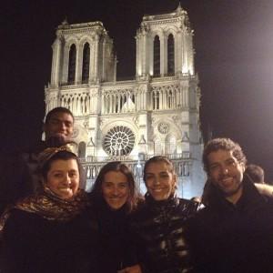 Iluminada! A noite de Natal de Regina Casé foi na Notre Dame, em Paris