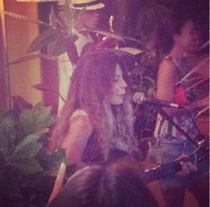 """Elba Ramalho no estilo """"banquinho e violão"""" em Trancoso"""