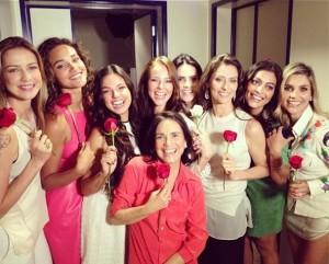 Uma turma de starlets feliz da vida com certo mimo do rei Roberto Carlos