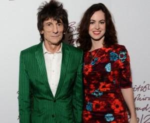 Ronnie Wood, dos Stones, se casa com a jovem Sally Hamphreys em Londres
