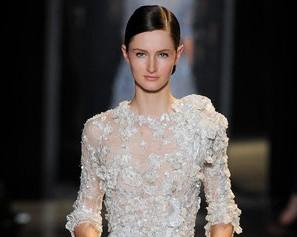 Elie Saab faz tributo à delicadeza com desfile repleto de vestidos-desejo