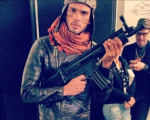 Marlon Teixeira vira soldado na Semana de Moda Masculina de Milão
