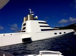 Megaiate assinado por Philippe Starck navega pelas águas de St. Barth
