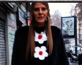 Anna Dello Russo veste Prada para prestigiar o desfile da marca